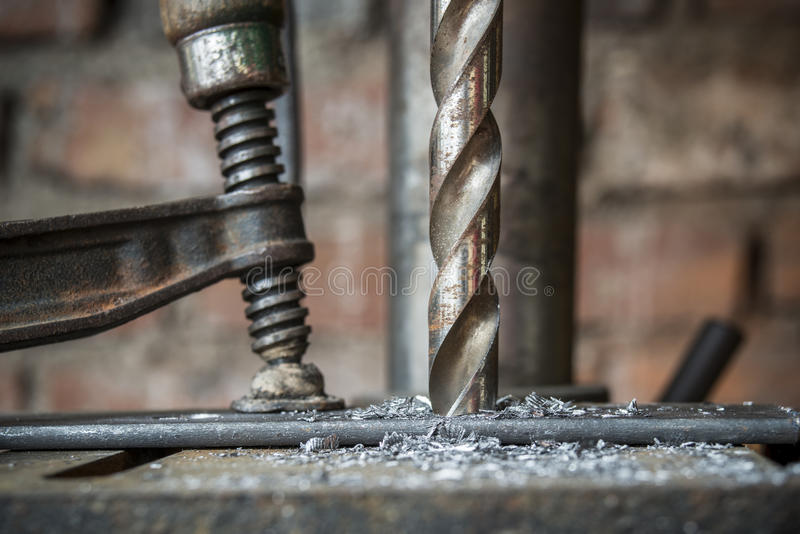 Furando uma parte do metal fotografia de stock