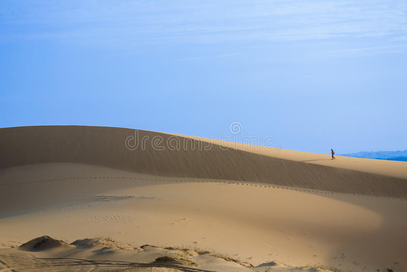 Furchtloser Reisender auf weißen Sanddünen lizenzfreie stockfotos