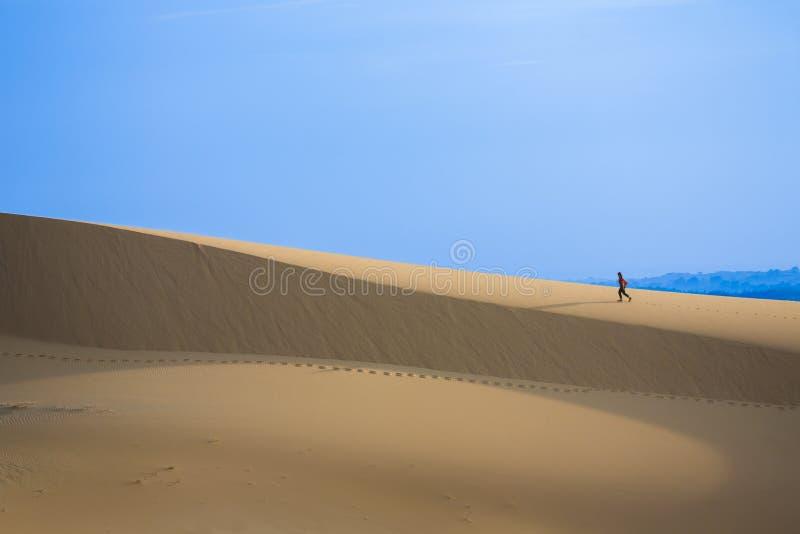 Furchtloser Reisender auf weißen Sanddünen stockfoto