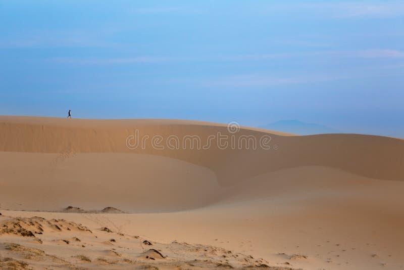 Furchtloser Reisender auf weißen Sanddünen - Mui Ne stockfoto