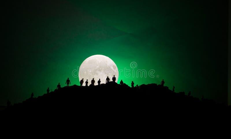 Furchtsame Ansichtmenge von Zombies auf Hügel mit gespenstischem bewölktem Himmel mit Nebel und steigendem Vollmond Schattenbildg vektor abbildung