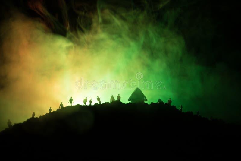 Furchtsame Ansichtmenge von Zombies auf Hügel mit gespenstischem bewölktem Himmel mit Nebel und steigendem Vollmond Schattenbildg lizenzfreie stockfotografie