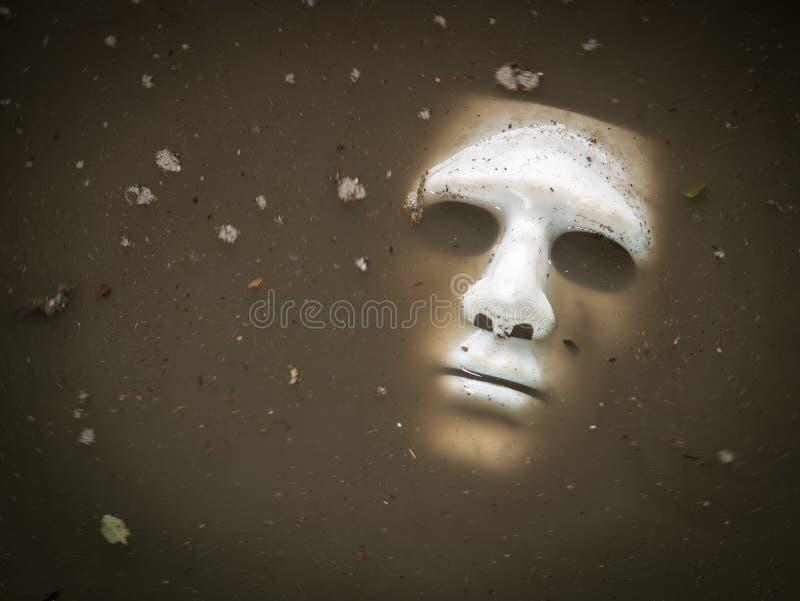Furchtsame Halloween-Maske ertrinken im Wasser stockfoto