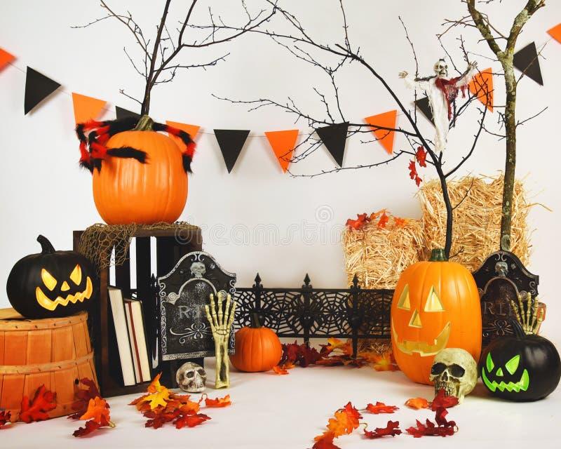 Furchtsame Studio-Halloween-Hintergrund-Szene auf Weiß stockfotos
