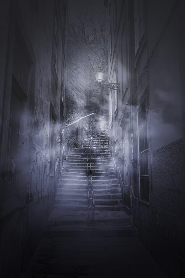 Furchtsame Treppe von einer alten Gasse lizenzfreie stockfotos