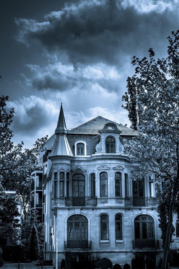 Furchtsamer Horror und mystisches Schwarzweiss-Haus lizenzfreies stockbild