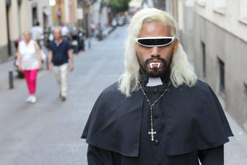 Furchtsamer Priester mit Reißzähnen draußen lizenzfreie stockbilder