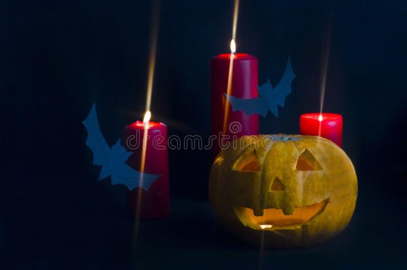 Furchtsamer, uzhysny und vergnügter Feiertag Halloween mit Kürbis, Schläger, Kerzen auf blauem Hintergrund stockbild