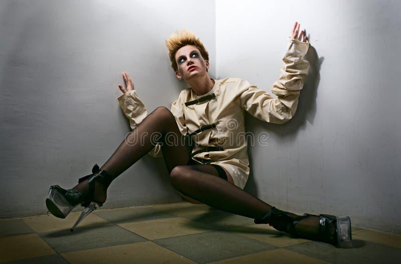 Furchtsames Zombiemädchen im grauen Raum lizenzfreie stockfotos