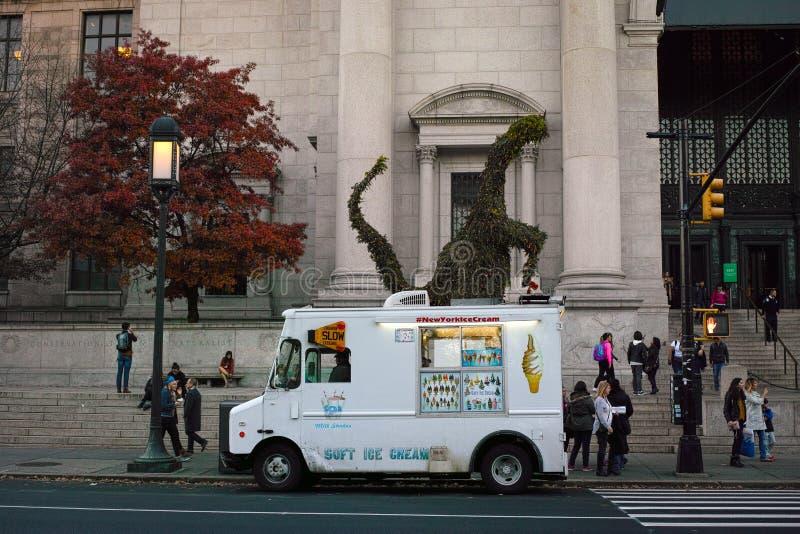Furgone bianco del gelato davanti al museo americano di isto naturale immagine stock