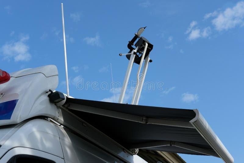 furgone della televisione via satellite con l'evento di notizie di trasmissione dell'antenna mobile per immagine stock