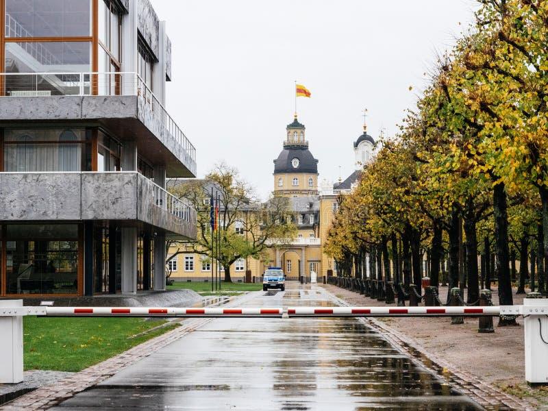 Furgone di polizia che assicura corte costituzionale nel giorno piovoso della Germania fotografia stock