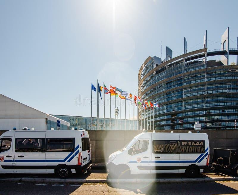 Furgone di sorveglianza della polizia davanti al Parlamento Europeo immagini stock libere da diritti