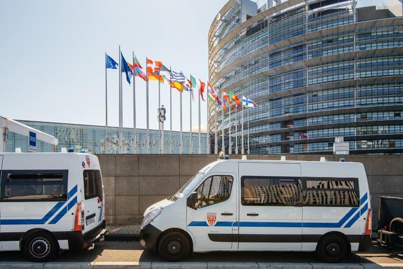 Furgone di sorveglianza della polizia davanti al Parlamento Europeo fotografia stock