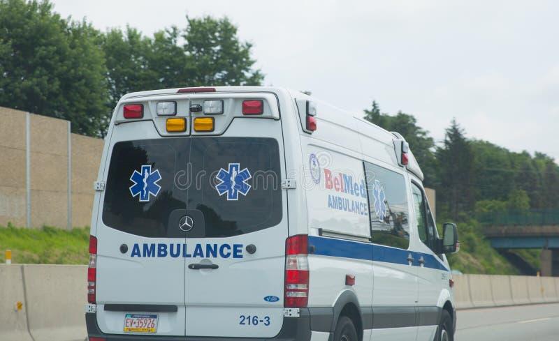 Furgoneta de la ambulancia en la carretera fotografía de archivo