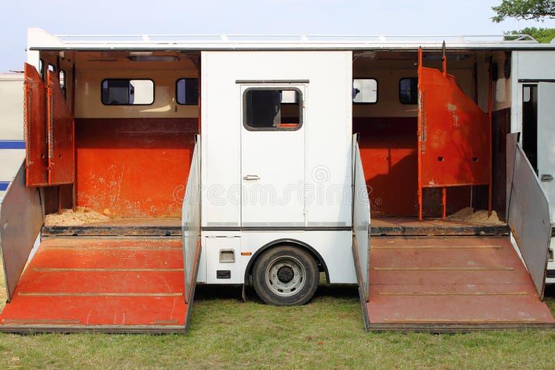 Furgoneta del transporte del caballo fotos de archivo
