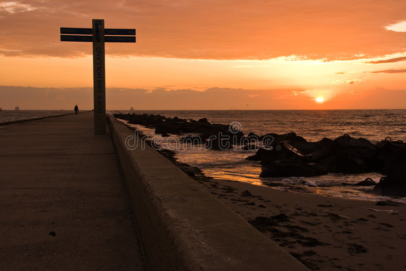 Furgoneta Holanda de Hoek del embarcadero y de la playa en la puesta del sol imagen de archivo