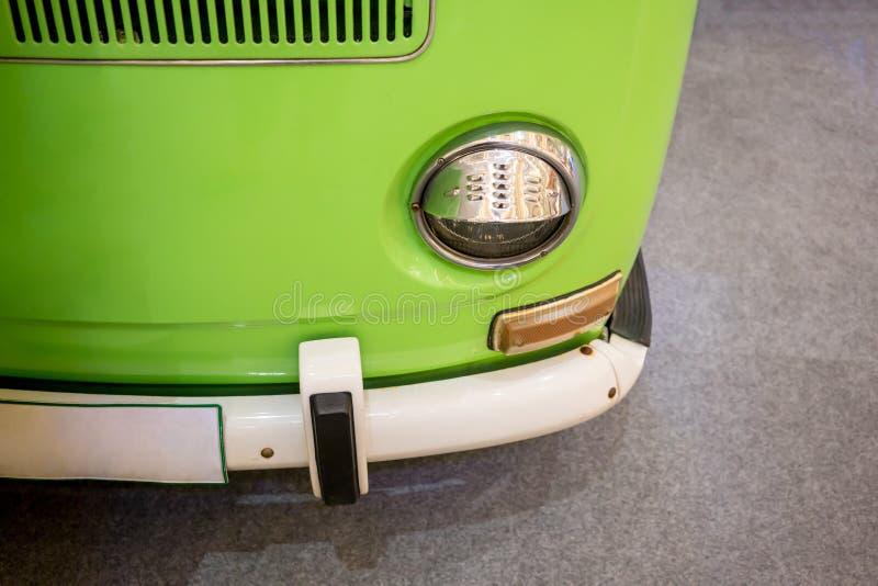 Furgoneta retra en el estacionamiento verde claro del color en la alfombra gris imagen de archivo libre de regalías