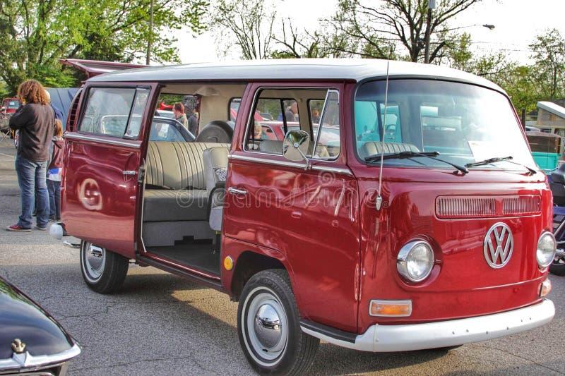 Furgoneta roja del vintage de Volkswagen fotografía de archivo libre de regalías