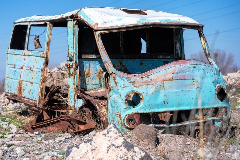 Furgoneta rusa soviética oxidada, vieja y abandonada hacia fuera en la tierra imágenes de archivo libres de regalías