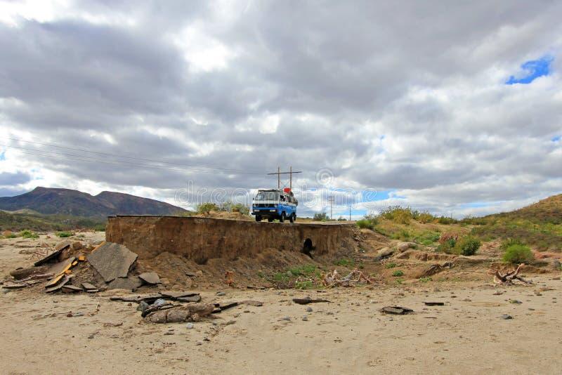 Furgoneta vieja del vintage en el camino dañado y eliminado en Baja California, México imagen de archivo libre de regalías