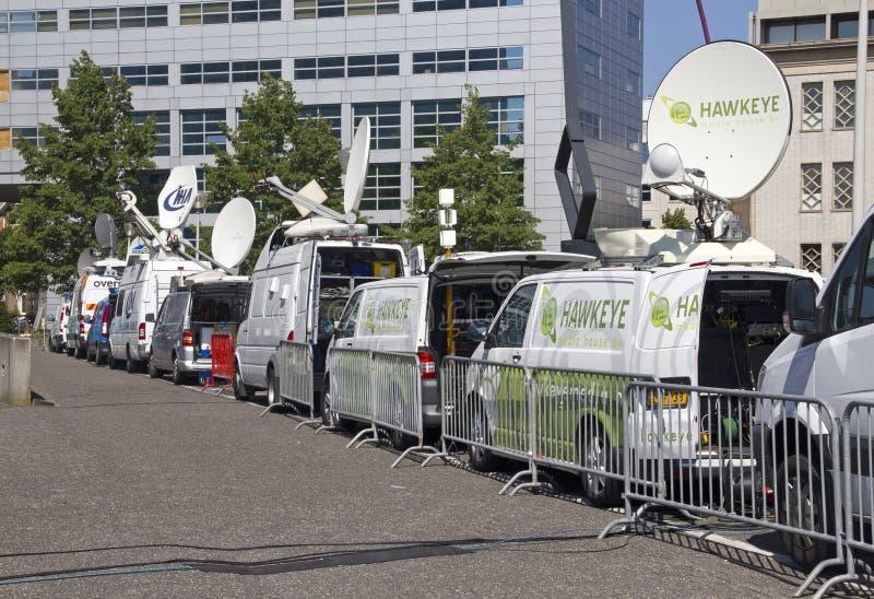Furgonetas del satélite de noticias de la TV fotos de archivo libres de regalías