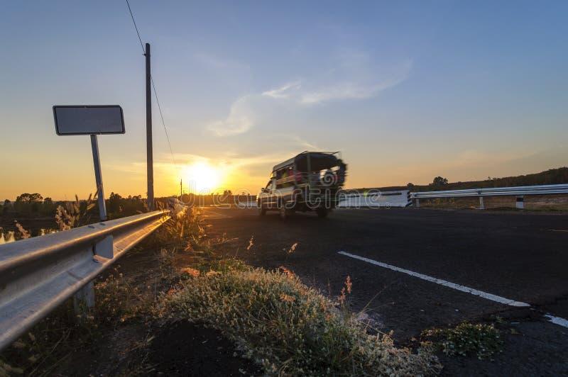 Furgonetka biega na drodze przed zmierzchem fotografia royalty free