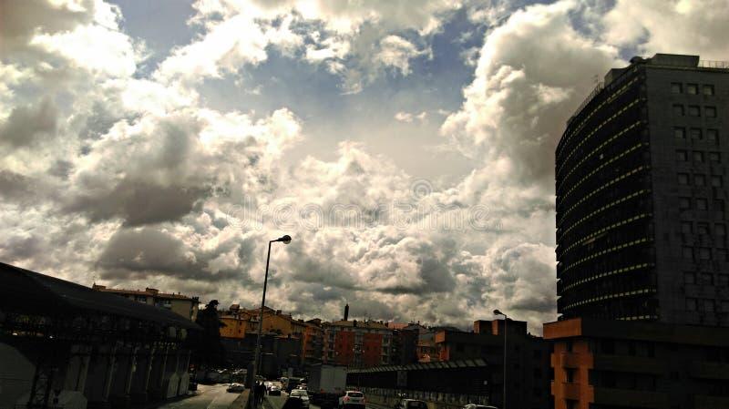 Furia del cielo sobre ciudad imagen de archivo libre de regalías