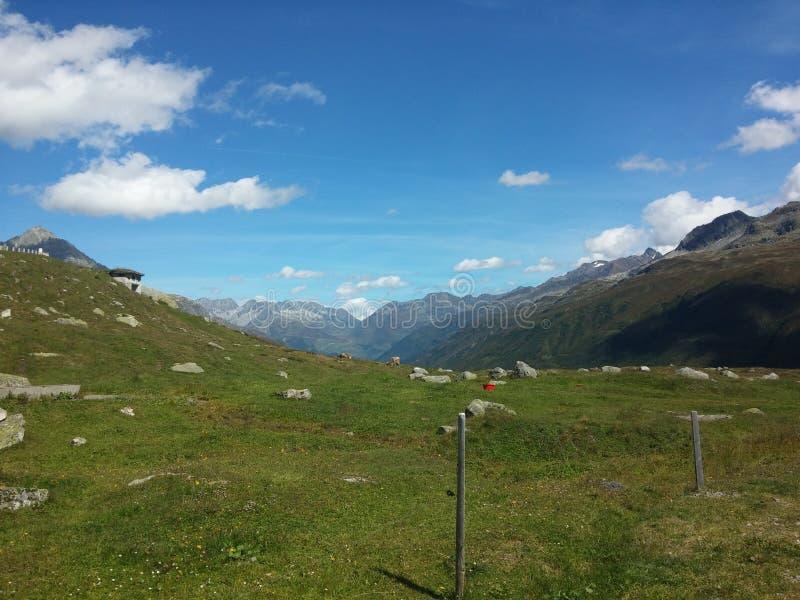Furka väg, schweiziska fjällängar arkivfoton