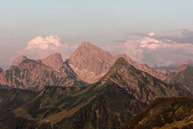 Furkajoch passerande - solnedgångsikter över Bregenzerwald berg från det Furkajoch passerandet arkivfoton