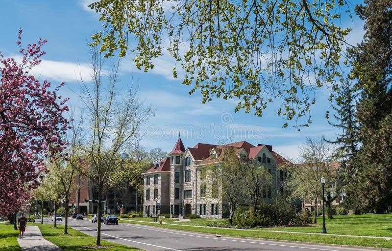 Furman Pasillo en el campus universitario del estado de Oregon en primavera foto de archivo