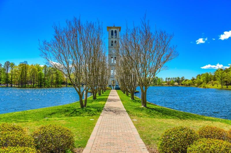 Furman svan sjö och Klocka torn i Greenville, South Carolina royaltyfri bild