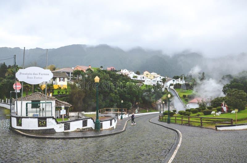 Furnas, Azorerna, Portugal - 13 januari 2020: Bygata med vulkaniska varmfjädrar i portugisiska ugnar Geotermisk svavelkälla arkivfoto
