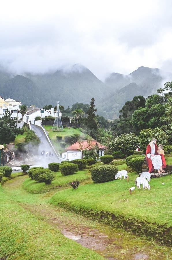 Furnas, Azorerna, Portugal - 13 januari 2020: Vulkaniska varmfjädrar i portugisiska ugnar Ånga från vattenpooler Hus och royaltyfri foto
