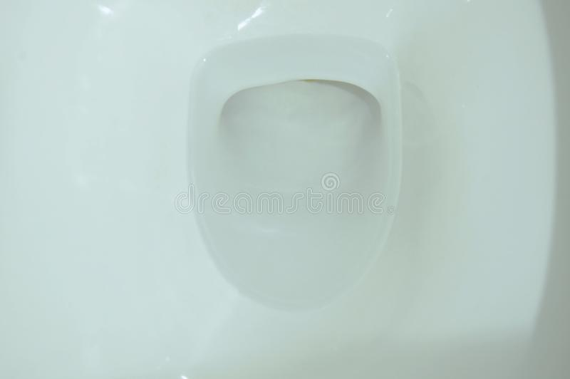 furo branco do esgoto do toalete na casa imagens de stock
