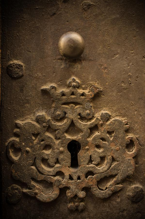 Furo chave na porta velha foto de stock