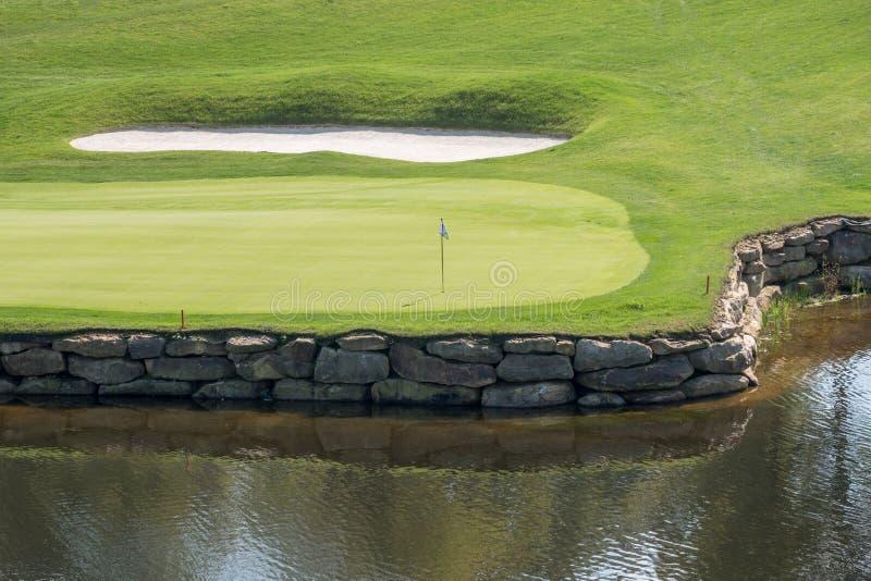 Furo desafiante no campo de golfe luxuoso com água e a areia foto de stock royalty free