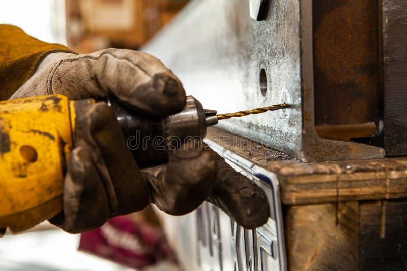 Furo do acionador de partida das brocas do metalúrgico no aço fotos de stock