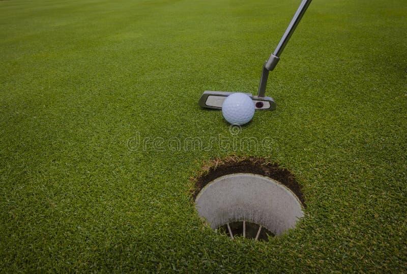 Furo do verde da esfera do Putter do golfe imagem de stock royalty free