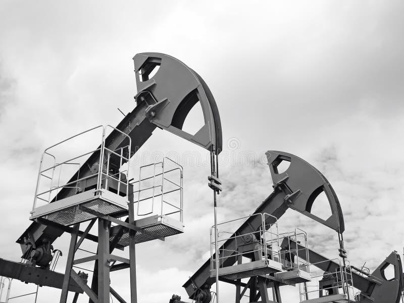 Furo em Sibéria ocidental Bombas de óleo vermelhas foto de stock royalty free