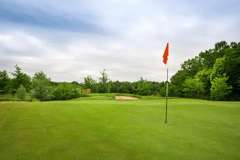 Furo final com bandeira, gramado no campo de golfe foto de stock royalty free