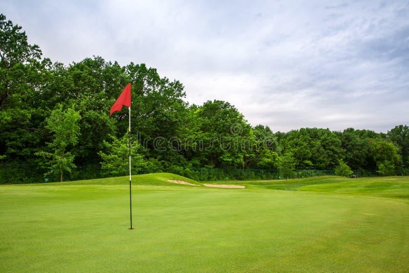 Furo final com bandeira, gramado no campo de golfe fotos de stock royalty free