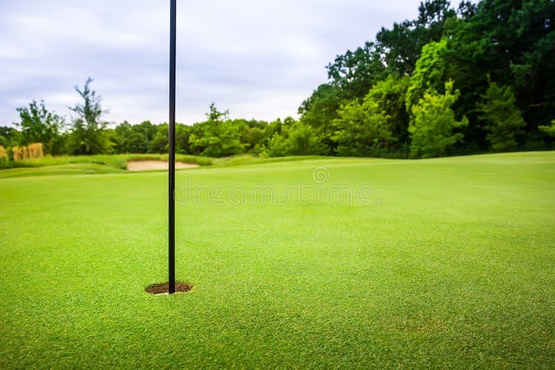 Furo final com a bandeira no campo de golfe com grama foto de stock royalty free