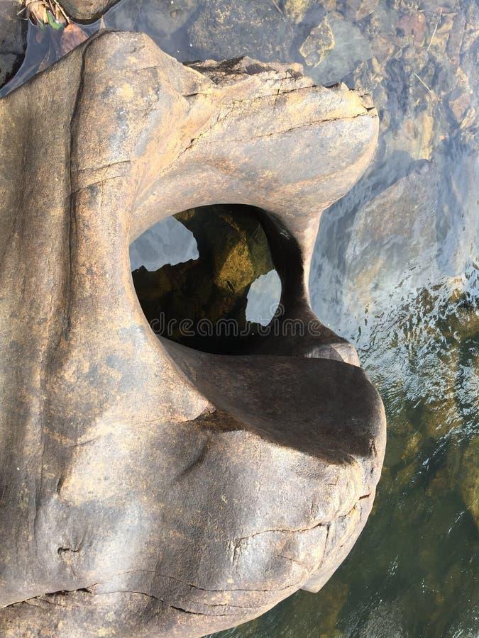 Furo natural na pedra feita pelo volume de água fotos de stock