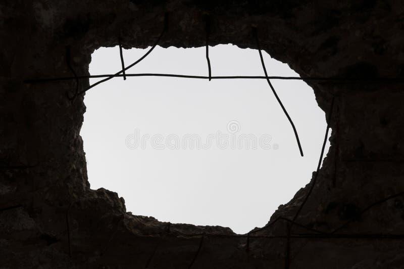 Furo no teto Edif?cio destru?do foto de stock royalty free