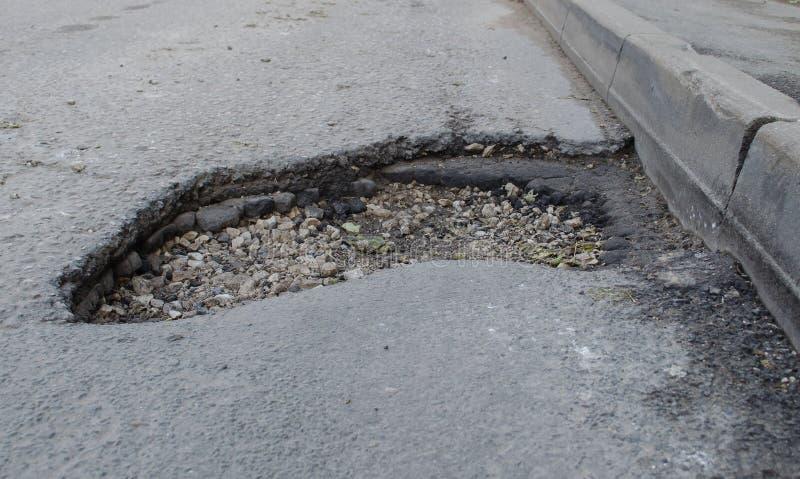 Furo profundo no asfalto fotos de stock royalty free