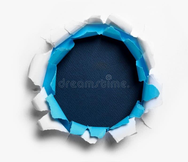 Furo rasgado no papel branco e azul imagem de stock royalty free