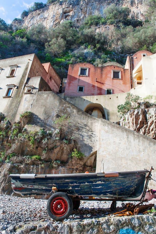 Furore, costa di Amalfi, Italia - una barca del pescatore sulla spiaggia fotografie stock