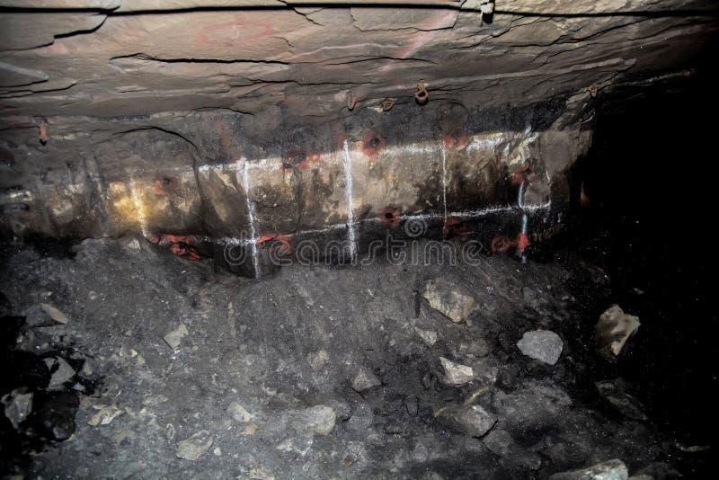 Furos de perfuração de mineração da platina subterrânea fotografia de stock royalty free