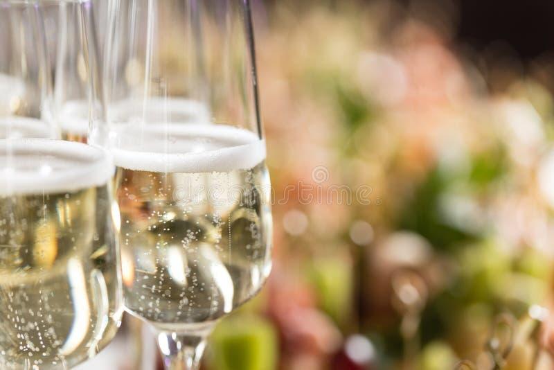 Furshet Tampo da mesa completamente dos vidros do vinho branco efervescente com canapes e antipasti no fundo Champagne foto de stock